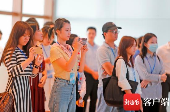 记者在江东用手机、相机记录江东发展。记者 汪承贤 摄