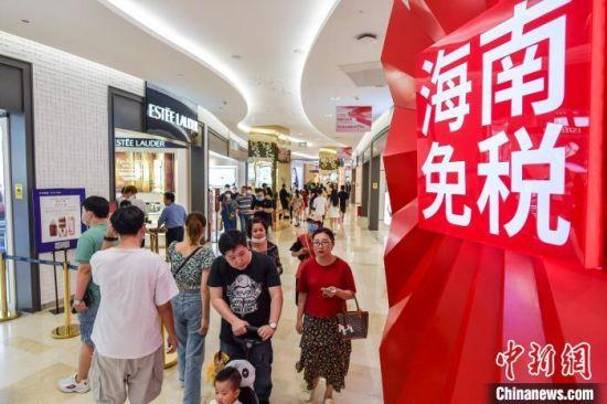 海南省4家离岛免税店销售额突破50亿元,日均销售额超亿元。 骆云飞 摄