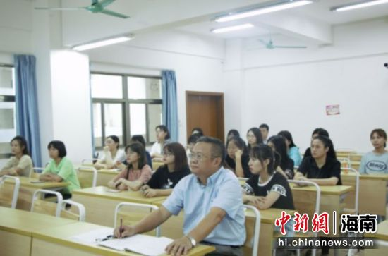 海南医学院校长杨俊参加班级主题班会。图片来源:海南医学院