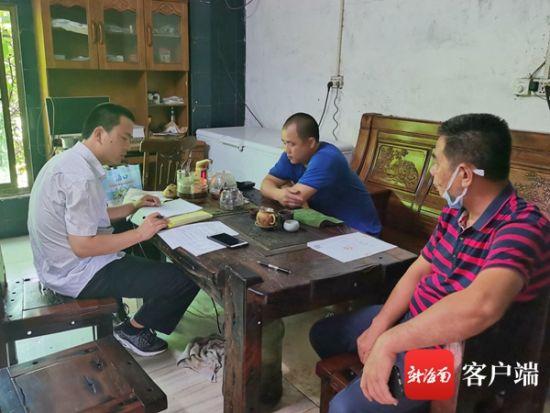 执法人员(左)对海口琼山馨骏米粉小作坊加工场所进行检查。记者 蒙健 摄