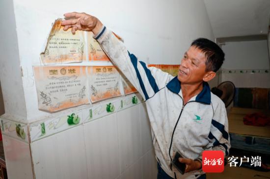 符芳如的父亲给记者展示符芳如从小学到高中获过的奖项。记者 李昊 摄