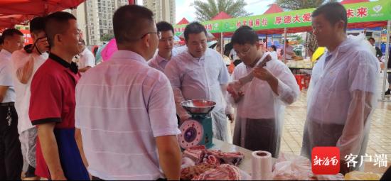 黄绍明带头购买扶贫农产品。记者 吴岳文 摄