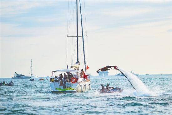 游艇旅游以优惠的价格吸引更多游客体验。本报记者 封烁 摄