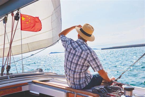 在三亚乘坐游艇出海垂钓的游客。本报记者 封烁 摄