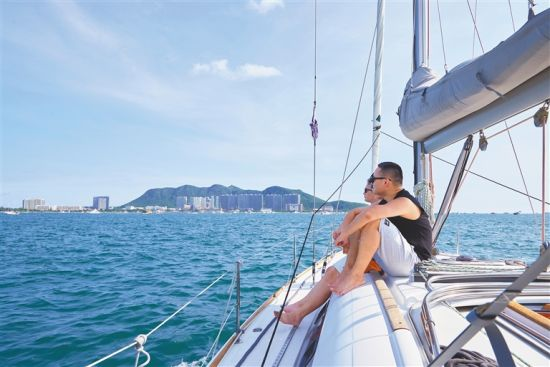 游客在三亚乘游艇出海,享受休闲时光。 本报记者 封烁 摄