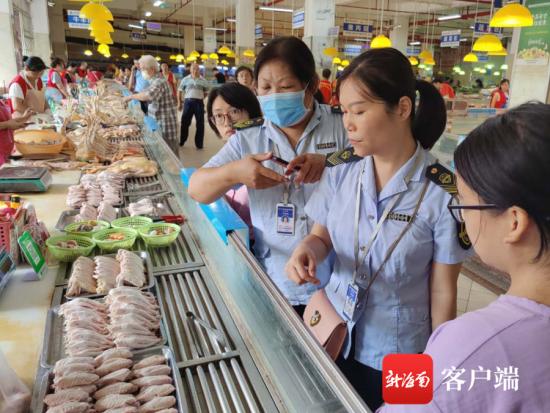 检测人员对鸡肉摊位上的鸡腿进行抽样送检 记者 蒙健 摄