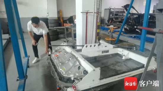 涉事特斯拉MODEL3车辆上被撞的电池。记者姜飞摄