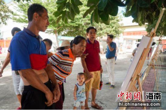 村民观看影像展。陶兴、俞双颖供图