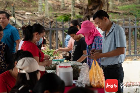 扶贫集市围满前来选购农特产品的群众。记者 林师堂 摄