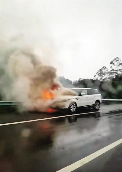 南国都市报|已烧成黑炭!百万路虎高速路上开着开着着火了