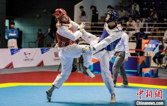 男子80公斤以下级半决赛,天津队选手任珂(青方)对阵山西队选手唐皓(红方)。 史劭春 摄