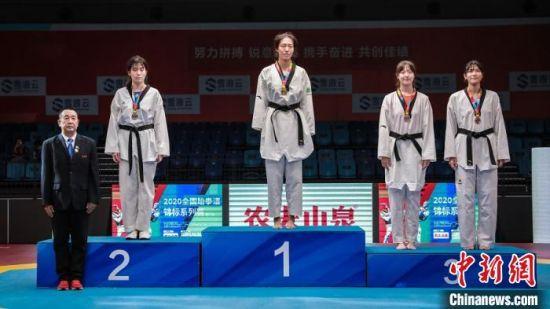 女子73公斤以下级颁奖仪式。 史劭春 摄