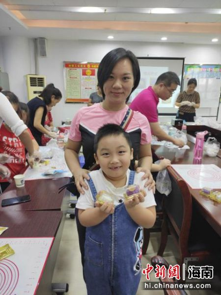 家长和孩子一起制作月饼。萧海山 摄   查看原图