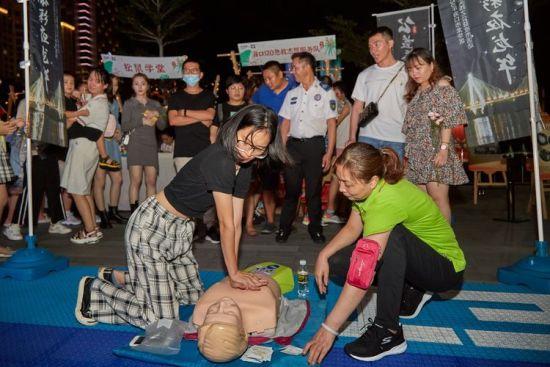 海口市120急救志愿服务队的志愿者示范心肺复苏等急救知识。龙华区委宣传部供图