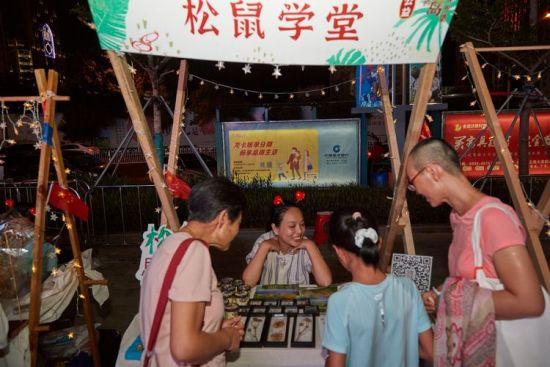 松鼠学堂志愿者宣传保护湿地。龙华区委宣传部供图