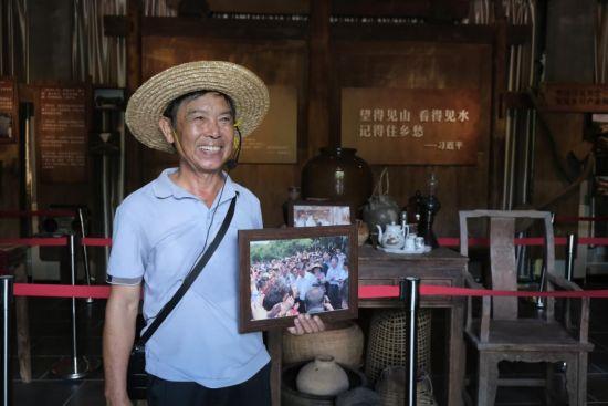 回忆起习近平总书记在施茶村接见村民代表时的场景,洪尚科笑容满面。张若涵摄