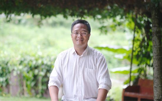 水满乡毛脑村第一书记孙成才接受人民网采访。张若涵摄