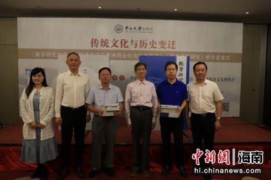 中山大学出版社向海南大学、海南师范大学图书馆赠送书籍。钟季君 摄