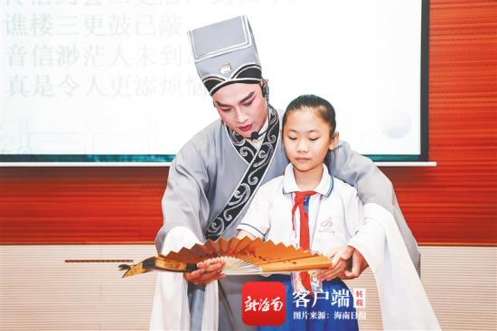 琼剧演员吴叙勇指导小学生学习琼剧。受访者供图
