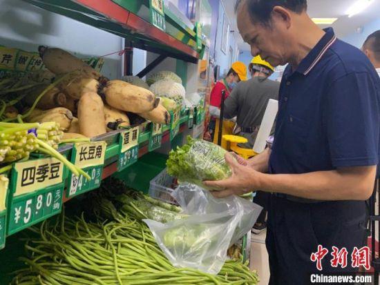 市民正在选购蔬菜。凌楠 摄