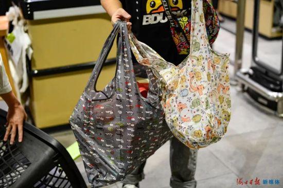 10月12日,在海口金牛路某商超,市民使用自带的可循环利用的购物袋盛装商品。海口日报记者 王程龙 摄