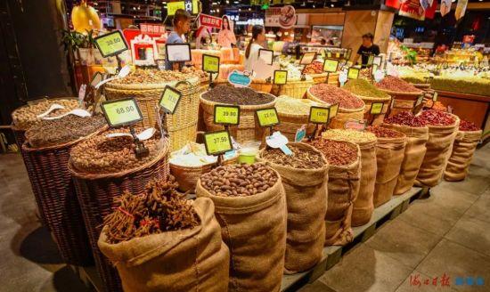 10月12日,在龙华区旺豪阳光超市内,一些商品采用了环保的麻袋和竹筐来盛装。海口日报记者 王程龙 摄