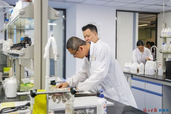 在位于海口国家高新区的海南赛高新材料有限公司降解实验室,科研人员在对降解材料进行功能测试。海口日报记者 王程龙 摄