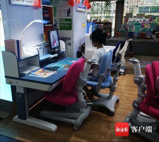 一家书店里的儿童学习书桌。记者 王洪旭