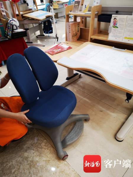 店员称一套儿童学习桌,椅子对保护脊柱很重要。记者王洪旭