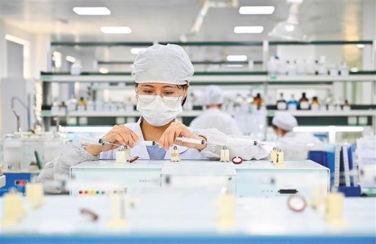 海南先声药业有限公司分析人员正在化验室开展药品出厂前放行检验及药品研发分析。近年来,先声药业进一步加大药品研发投入,药品研发和转化能力初具规模。本报记者 王凯 摄