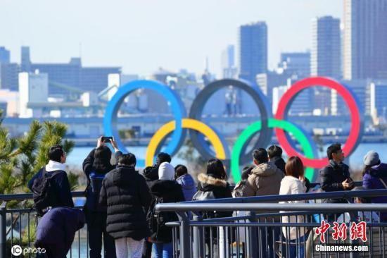 日本东京,台场海滨公园展示奥运五环。