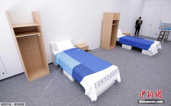 东京奥运会奥运村、残奥会残奥村使用的床、桌子、衣柜等家具亮相。