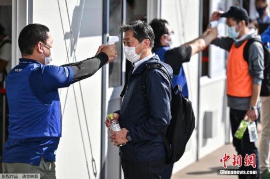 """作为新冠病毒对策,相关人员测试了入场时检测体温的三种方法,包括热成像仪测温、非接触式体温计、贴在手腕上就能知道是否发热的""""测温贴""""。等候排队测试了间隔1至1.5米的方式,检测的保安人员戴着口罩和防护面罩等。"""
