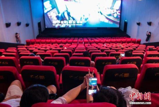 资料图:观众在观影前用手机拍照留念。中新社记者 侯宇 摄