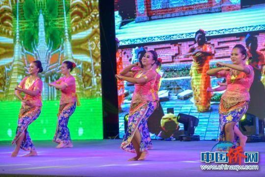 图为万宁兴隆巴厘村舞蹈队表演东南亚特色舞蹈。资料图 骆云飞 摄