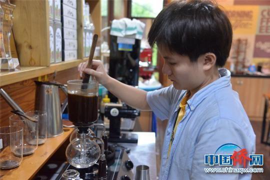 隆苑咖啡庄园工作人员制作兴隆咖啡。 凌楠 摄