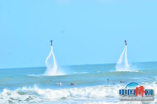 水上飞人表演。 卓琳植 摄