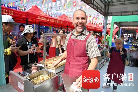 在2019年(第五届)海南国际旅游美食博览会上,来自意大利的参展嘉宾喜笑颜开。乐凯 摄