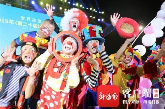 2019年欢乐节闭幕活动中,演员与市民互动。高林 摄