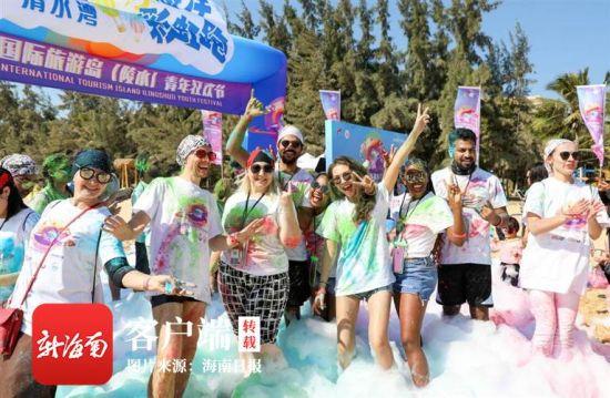 往届欢乐节活动中,外国游客尽情嬉戏。 武昊 摄