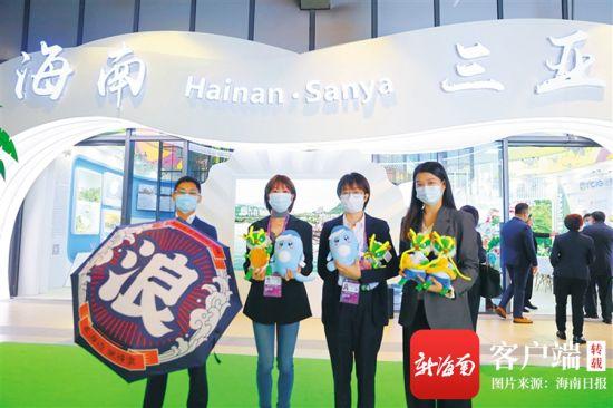 三亚馆工作人员展示旅游产品。特派记者 张茂 摄