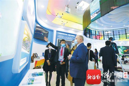 外国嘉宾在三亚馆参观。特派记者 张茂 摄