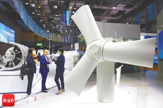 进博会上展出的风力发电设备。海南日报记者 张茂 摄