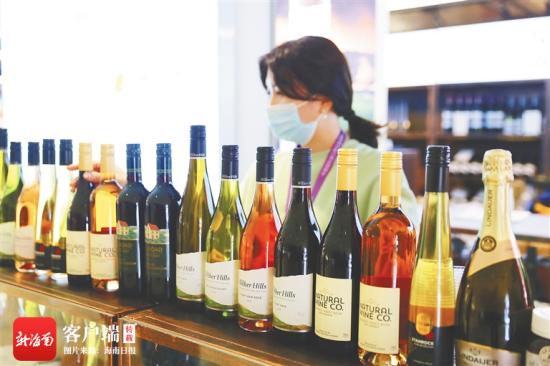 进博会上展出的进口红酒。海南日报记者 张茂 摄