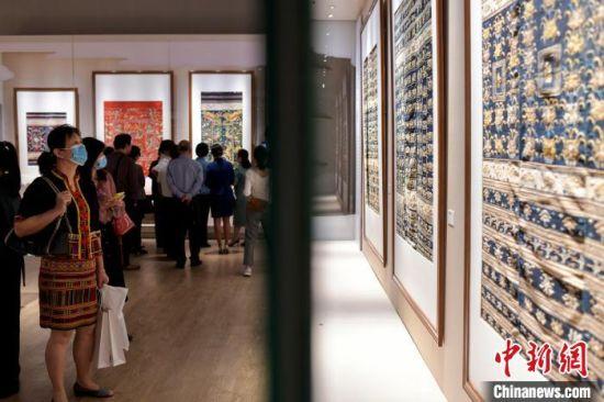 观众观看海南龙被艺术大展。骆云飞摄
