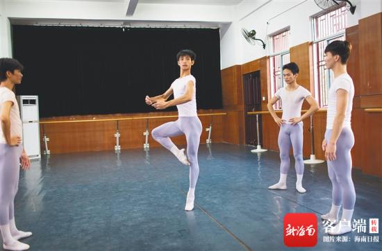 高东觉(中)和同学们一起在练习芭蕾舞。