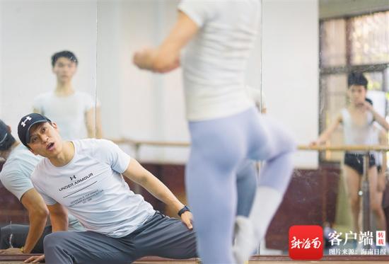 贺艺老师在认真观察学生的舞蹈动作,随时纠错。