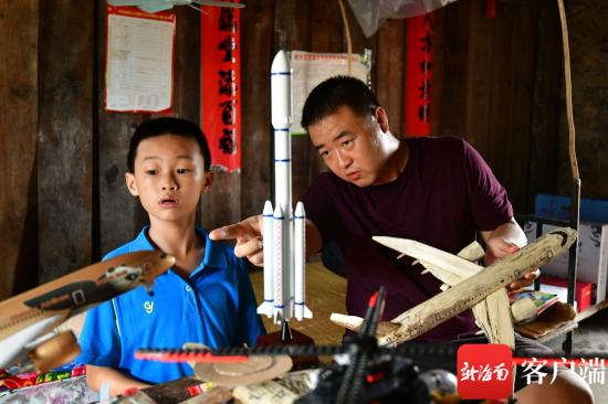 苗博和鹏鹏在聊他的模型。记者 陈卫东摄