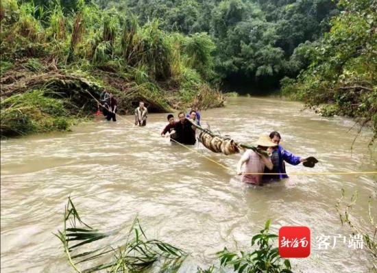 辖区红毛派出所民警和当地村民组织搜救。琼中公安局供图