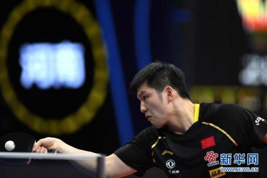 资料图:樊振东在比赛中回球。图片来源:新华网 新华社记者 刘军喜 摄